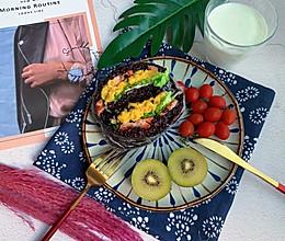 #炎夏消暑就吃「它」#蛋黄紫米饭团的做法