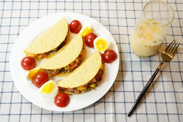 精致早餐:墨西哥沙拉玉米饼配百香果养乐多