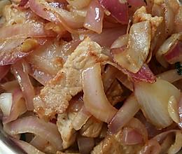 肉炒红洋葱的做法