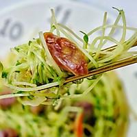 #餐桌上的春日限定#腊肠炒豌豆苗一分钟即可学会营养又低脂。的做法图解7