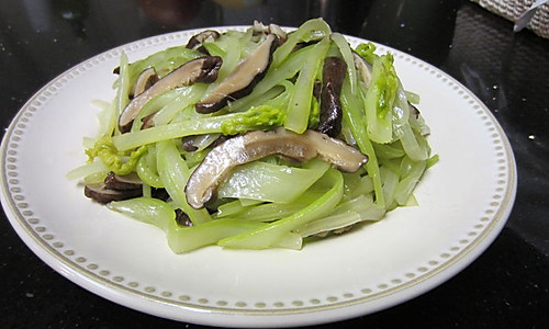 香菇炒西芹的做法