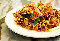 云南石榴花炒腊肉的做法