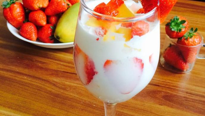冰淇淋酸奶水果杯