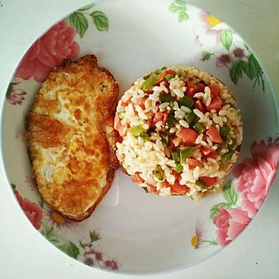 烤肠炒饭配双煎荷包蛋:简单又美味懒人首选。
