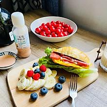 #321沙拉日#五分钟搞定的早餐牛角包三明治