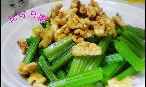 核桃炝芹菜的做法