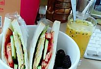 自制芝士火腿鸡蛋三明治 百香果果汁的做法