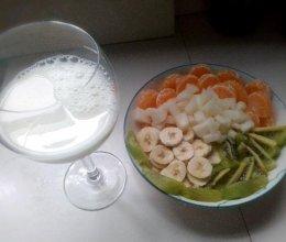 水果拼盘配牛奶的做法