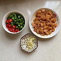 青红椒炒鸡丁的做法图解2