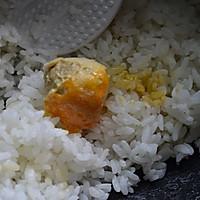 咸蛋黄肉松饭团的做法图解2