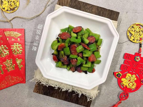 #新年开运菜,好事自然来#翡翠腊味——青椒炒腊肠的做法