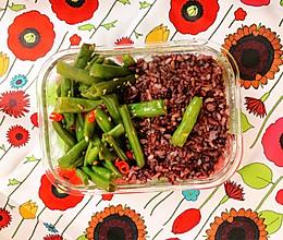 今日午餐便当-三色糙米饭+干煸芸豆的做法