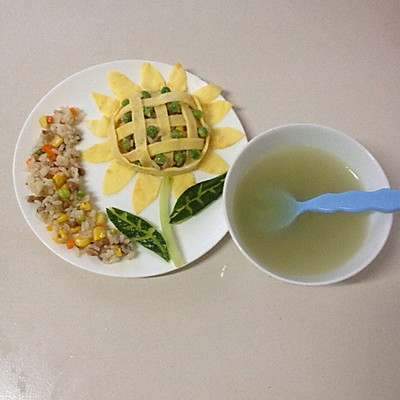 宝宝食谱:香肠豌豆胡萝卜玉米向日葵炒饭~