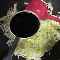 #仙女们的私藏鲜法大PK#圆白菜炒油条 鲜香好吃消耗剩油条的做法图解5