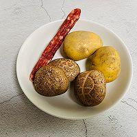 #憋在家里吃什么#香菇土豆腊肠焖饭的做法图解2