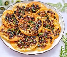 #花10分钟,做一道菜!#饺子皮辣酱饼的做法