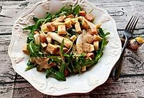 京梨,面包干,虾仁(香肠)芝麻菜沙拉的做法
