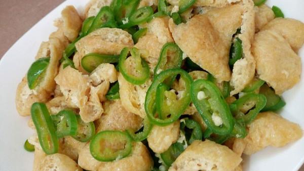 小炒油豆腐青椒的做法