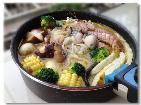 金灿灿的黄金海鲜火锅迎新年的做法