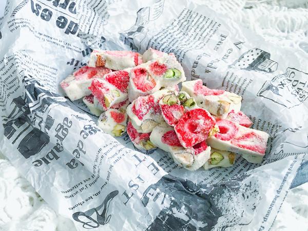 生活就该有点甜~草莓坚果雪花酥的做法
