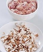 香菇鸡肉米线的做法图解1