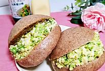 鸡蛋蔬菜沙拉黑全麦中式汉堡的做法