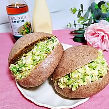 鸡蛋蔬菜沙拉黑全麦中式汉堡