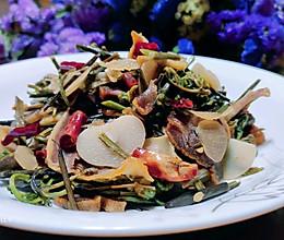 #餐桌上的春日限定#下饭蕨菜炒腊肉的做法