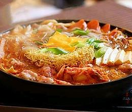 #人人能开小吃店# 既好做又颜值高:韩国部队火锅的做法