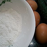 黄瓜鸡蛋饼的做法图解1