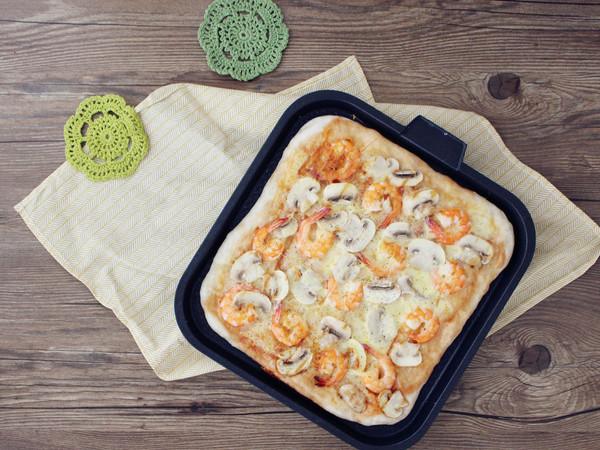 鲜虾蘑菇披萨的做法