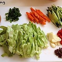 蔬菜酱油炒面的做法图解1