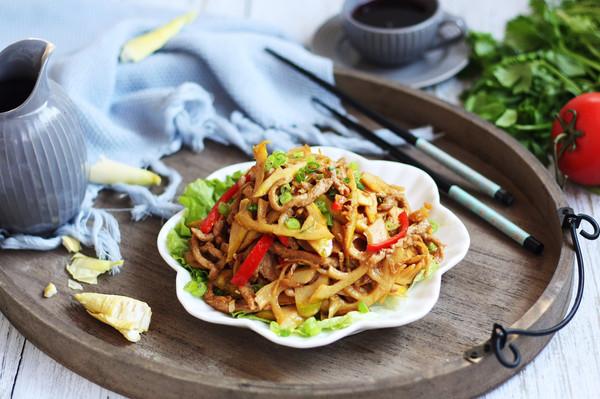 #春天肉菜这样吃# 肉丝炒春笋的做法