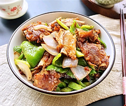 #母亲节,给妈妈做道菜#青椒洋葱炒腊排的做法