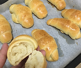 烘培新手第一次试做经典黄油面包卷的做法