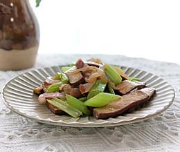 #百变鲜锋料理#腊肉西芹炒香干的做法