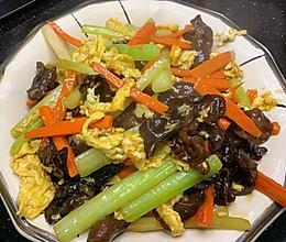 木耳西芹胡萝卜炒鸡蛋的做法