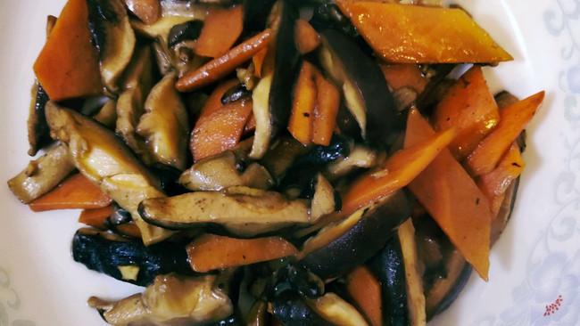 素食-香菇炒胡萝卜的做法