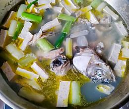 鲜炖草鱼汤(简易美味)的做法