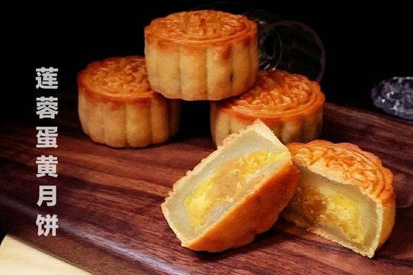 中秋食俗-莲蓉蛋黄月饼的做法