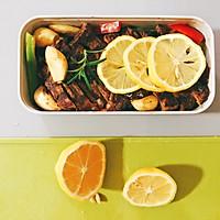 越吃越瘦的柠香牛排+黑椒意面便当的做法图解4