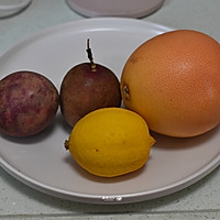 #炎夏消暑就吃「它」#百香果柠檬西柚汁的做法图解1