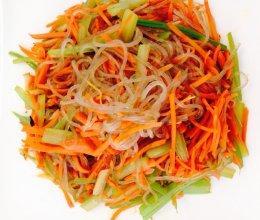 芹菜胡萝卜炒粉条的做法