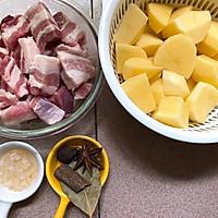 #一人一道拿手菜#土豆红烧肉的做法图解1