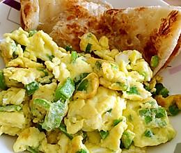营养早餐尖椒鸡蛋 速冻饼的做法