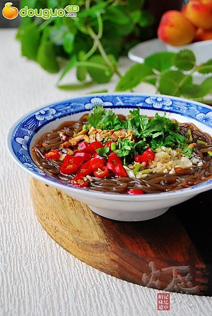 大汗淋漓的天气最不容错过的一道清凉解暑菜—— 酸辣蕨根粉的做法