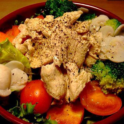 鸡胸肉鲜蔬沙拉配黑椒油醋汁