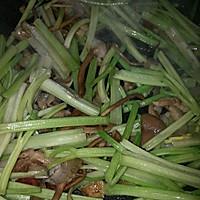 干煸茶树菇芹菜的做法图解4