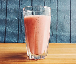 草莓养乐多牛奶的做法