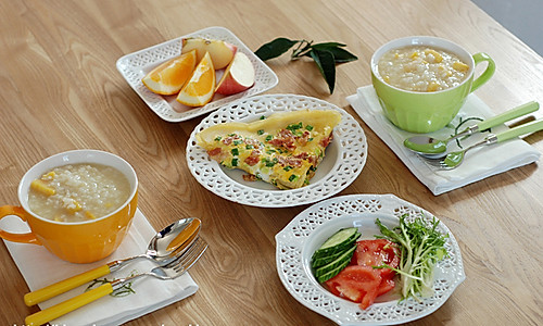 煎蛋饼+地瓜粥+蔬菜水果的做法